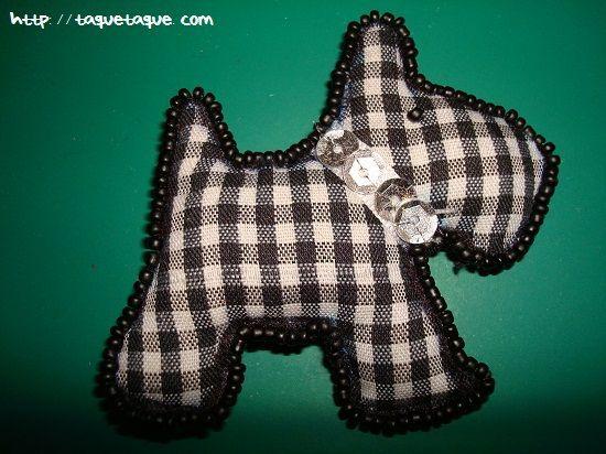 broche con forma de perro de tela vichy de color negro