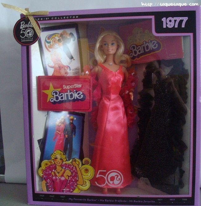 Mi Barbie Favorita de 1977: Barbie Superstar. Trae una reproducción del vestido rosa fucsia con el que se vendía la muñeca, y un conjunto negro con estola y zapatos a juego