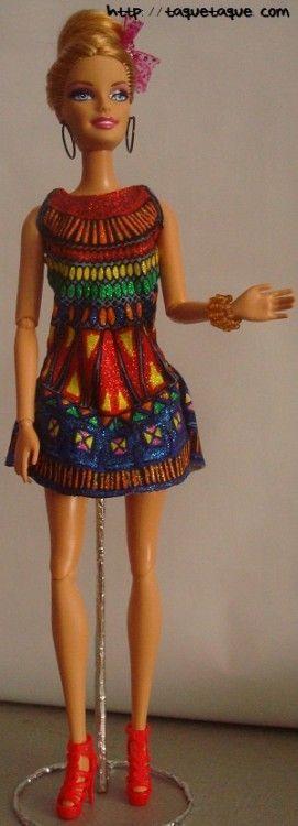 Barbie Fashionista, Sweetie, vestido OOAK DIY by Taqué-Taqué de corte sesentero, con accesorios DIY, pendientes, brazalete, rocalla, multicolor