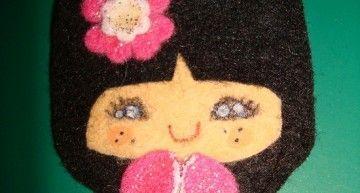 Mi broche favorito: una Kokeshi kawaii en fucsia y celeste