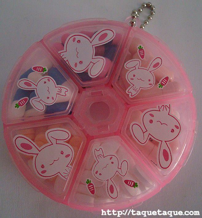 pastillero kawaii rosa con conejillos blancos