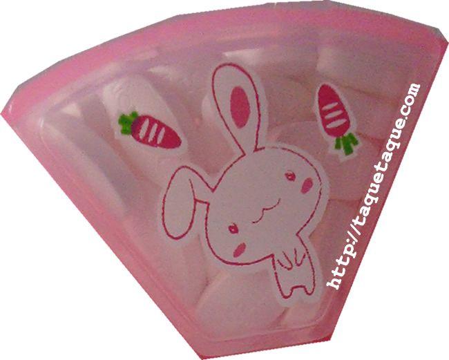 pastillero kawaii rosa con conejillos blancos (uno de los dibujos)