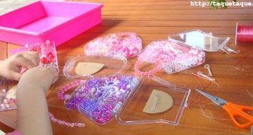 Enseñando a Candela a hacer pulseritas (y a tener paciencia) con los abalorios de Hello Kitty