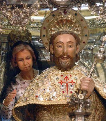 La Reina doña Sofía dándole el tradicional abrazo a la imagen de Santiago el mayor, en la Catedral de Santiago de Compostela, el 25 de julio, día de Santiago, patrón de España