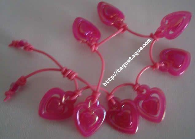 pulsera de corazones color fucsia, incluidos en el set de abalorios de Hello Kitty