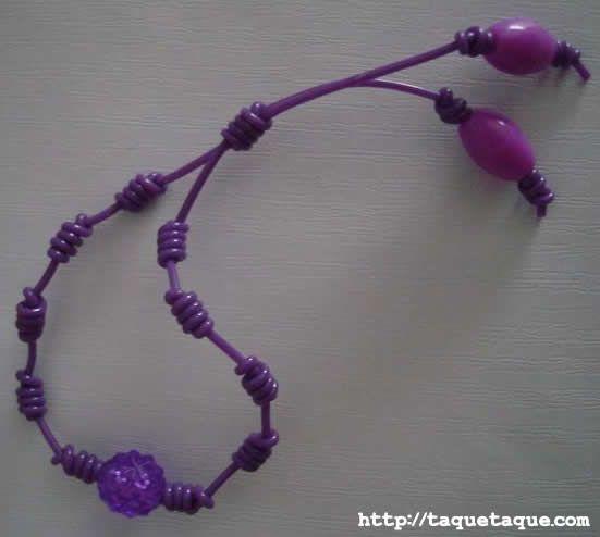 pulsera con abalorios y escubidu violeta
