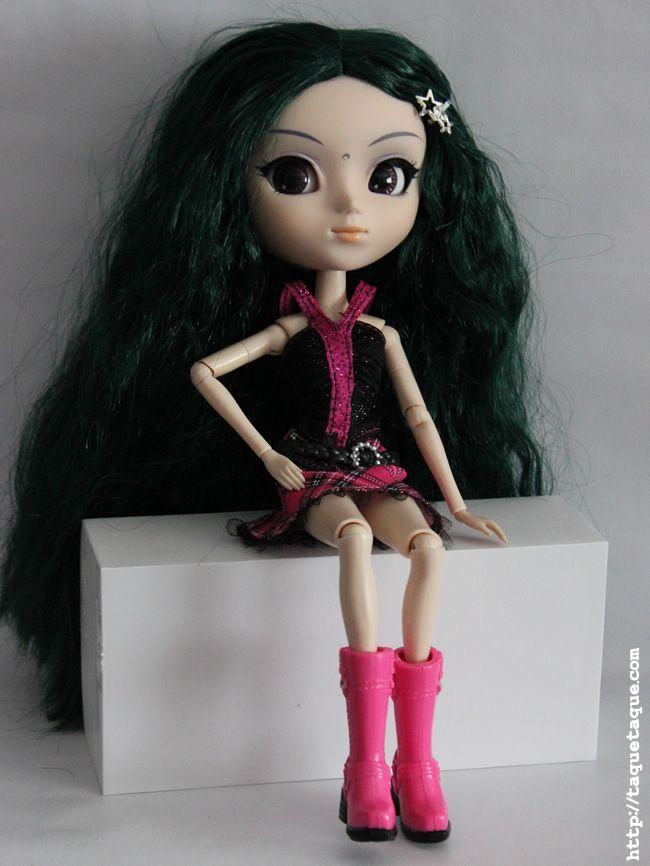 Mi primera foto de estudio con la EOS 550D: Pullip Saras con ropa rockera de Barbie