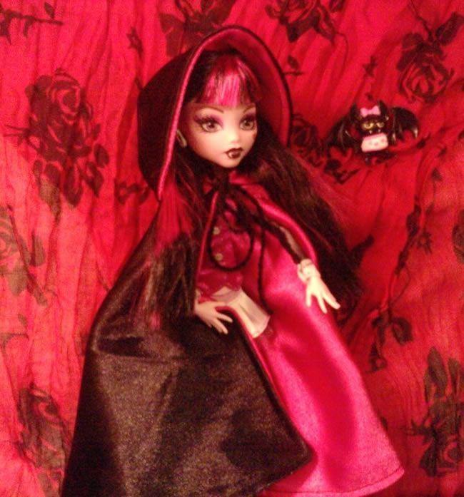 Draculaura con su capa DIY, junto a su mascota Count Fabulous, by MARIA