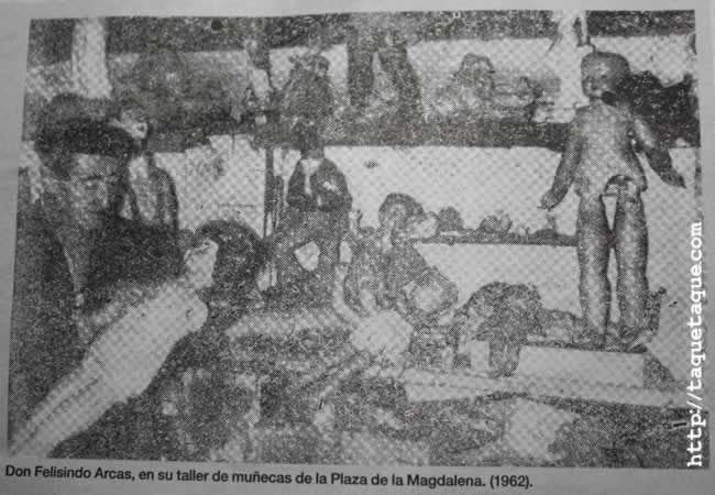 don Felisindo Arcas en su taller de la Plaza de la Magdalena (Ourense), en 1962