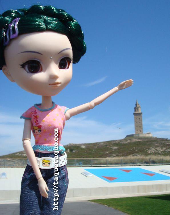 mi Pullip Saras en el Aquarium Finisterrae (La Coruña). Al fondo, la Torre de Hércules (28 de agosto de 2011)