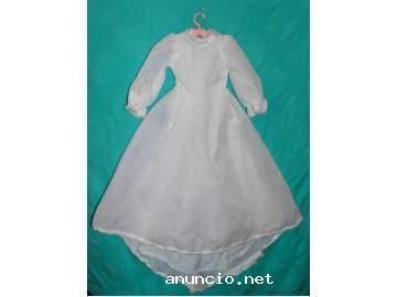 la Nancy que me regalaron por mi Comunión tenía un vestido como este. Era muy bonito, eso sí.