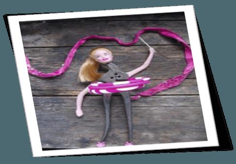 cabeza de Barbie y cuerpo hecho con una herramienta de hierro