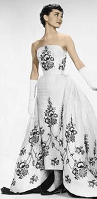 Audrey Hepburn en Sabrina con el vestido blanco y negro de Givenchy