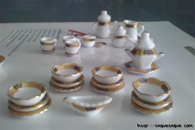 Vajilla de loza con filo dorado (36 piezas) escala 1:12