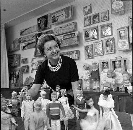 Ruth Handler, creadora de la famosísima muñeca Barbie y su novio Ken