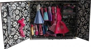 Caja + brochetas + bisagras + grapas + vinilos adhesivos + chinchetas = armario DIY para muñecas