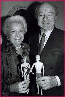 Ruth y Elliot Handler con sus muñecos Barbie y Ken