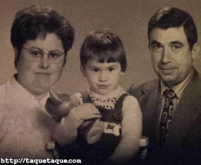 Aquí estoy junto a mis padres (es una prueba de una foto de estudio de familia). ¡¡¡Menos mal que han cambiado las modas!!! Mi madre tendría unos 36 años y mi padre unos 37, y yo unos 2