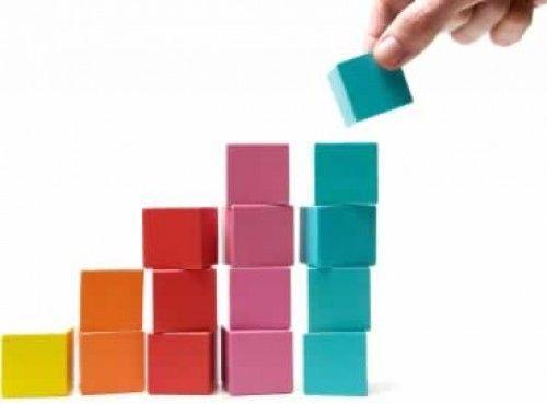 cinco pilas de cubos